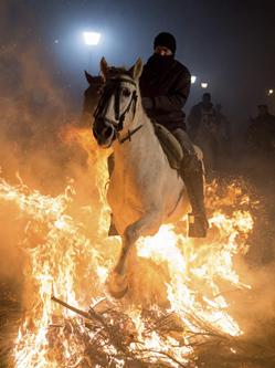 西班牙人骑马穿越火海庆圣安东尼节