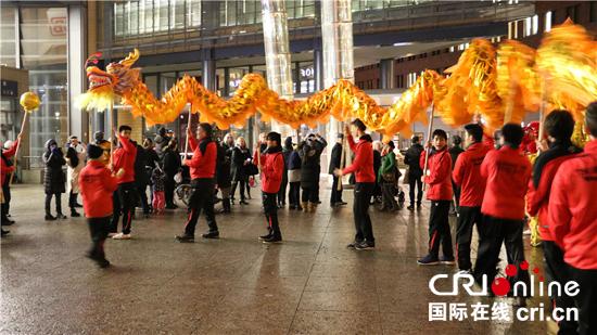 德国柏林舞狮迎春节 精彩纷呈年味浓