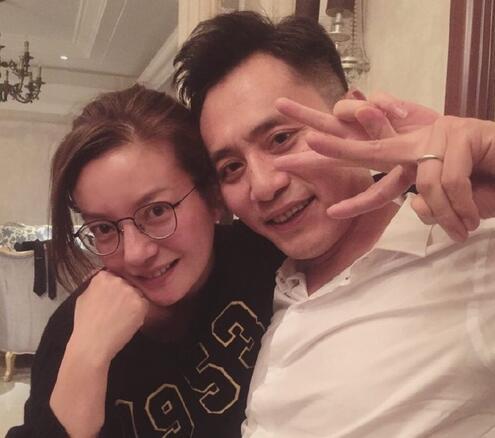 赵薇刘烨素颜合影 两人似乎都喝醉了