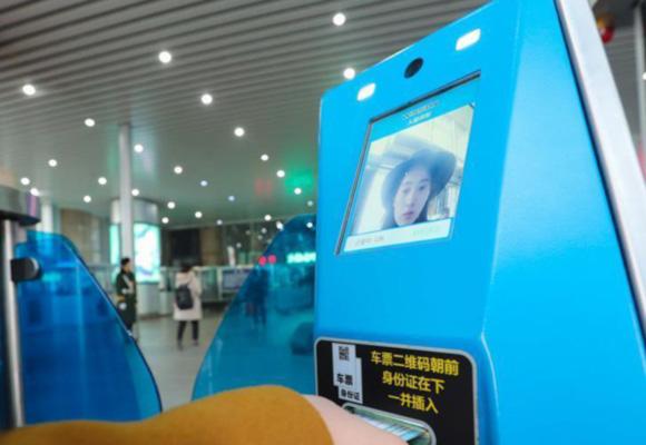 """春运北京西站旅客""""刷脸进站"""""""