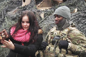 波兰民众热烈欢迎美军的到来