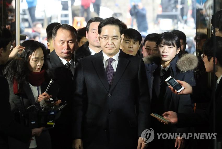 """三星""""太子""""李在镕现身韩国法院 是否被捕备受关注【组图】(图)"""