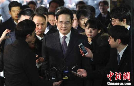 三星电子副会长李在镕结束审讯后遭记者围堵