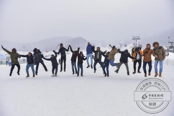 国际友人与中外记者走进万科松花湖滑雪场