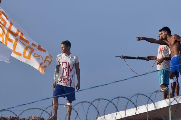 巴西东北部监狱发生暴动 囚犯爬上屋顶示威