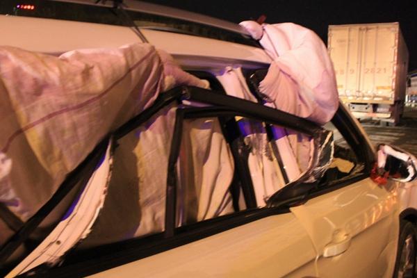 车玻璃被撞碎 他用棉被挡住开了1000公里