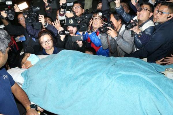 刘德华凌晨抵达医院 额头有伤状态清醒