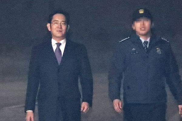 韩法院驳回批捕提请 李在镕获释回家步履轻盈