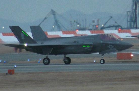 美军F35隐形战机抵达日本
