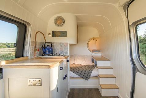 英夫妇自己动手打造双层床梦想房车