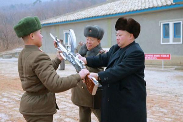 金正恩新年首次视察部队 检查备战向士兵赠送步枪