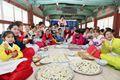 韩国女大学生穿韩服包饺子 展示传统美