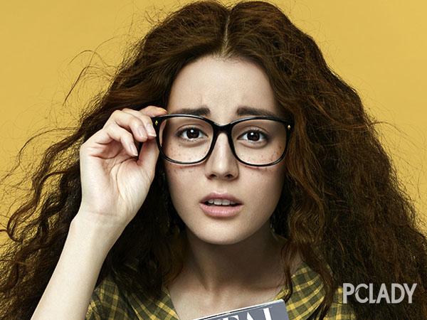 迪丽热巴戴黑框土炸天 眼镜妹怎么妆才时髦?