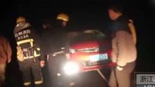 女司机倒车不慎悬挂崖边 用绳子拴住车头救援
