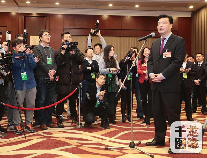 吉林李伟看望报道北京市政协会议的新闻工作者