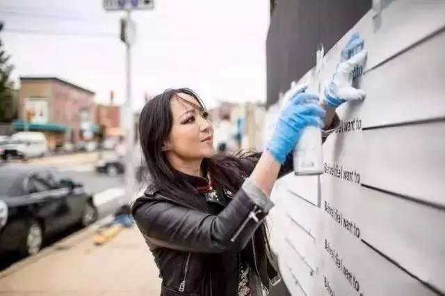 她在墙上写了7个字,让全世界的人都赶了过来