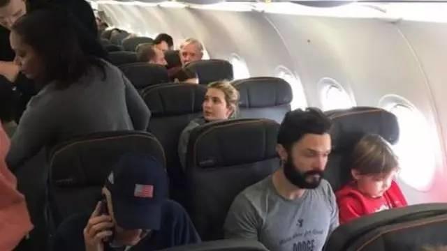 """特朗普女儿坐飞机遭乘客大骂:""""你爹正在毁灭美国"""""""