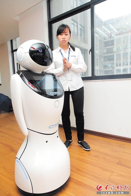长沙产机器人 帮你陪老人小孩