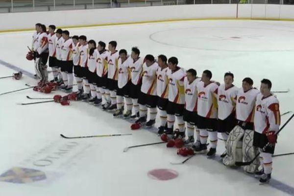 冰球比赛因故障无法播放中国国歌 队员自己唱