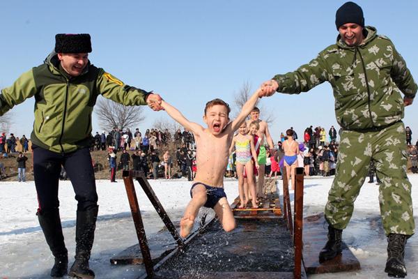 吉尔吉斯村民圣水中冰泳 庆祝主显节