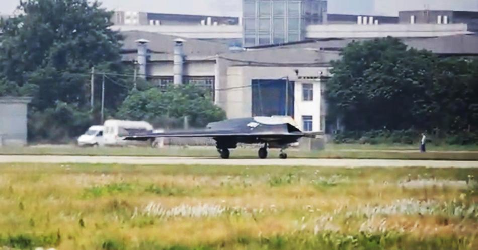 美媒:中国利剑无人机外形酷似B2 或于近年服役