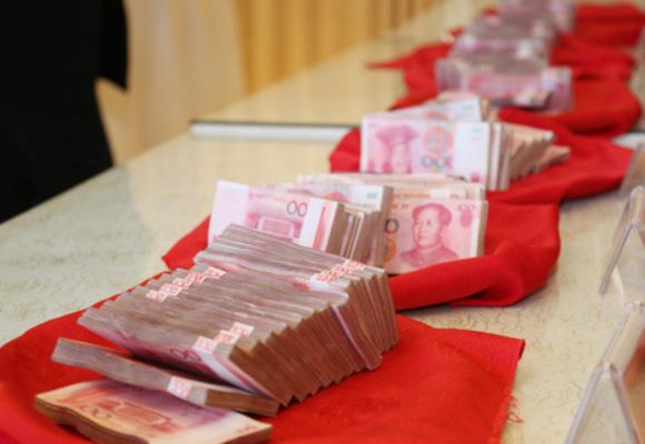 郑州老板为员工发160多万年终奖 现金堆成小山