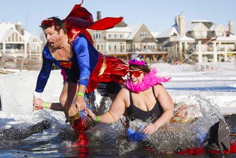 全球冬泳爱好者游泳过冬的奇趣瞬间