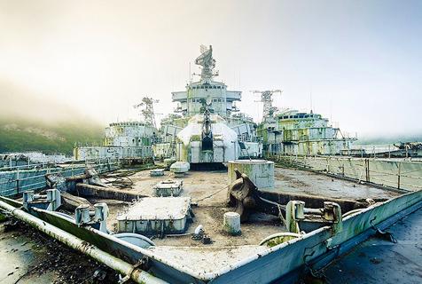 法被弃冷战时期巡洋舰锈迹斑斑待销毁
