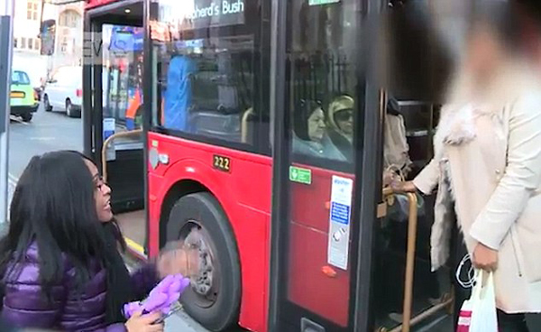 英国一残疾女子乘车险被拒载引争论