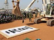 日本维和部队驾挖掘机写大字