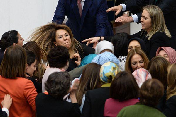 """土耳其宪法改革""""硝烟""""再起 议会混战女议员大打出手"""