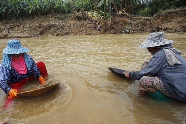 泰国洪水引发淘金热 民众拿锅盆捞金