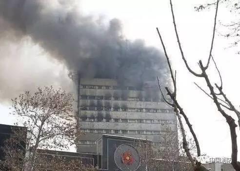 痛心 | 伊朗1栋17层高楼起火倒塌,至少30名消防员殉职