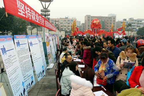 江安县举行创业成果展暨就业扶贫招聘会 千人到场应聘咨询