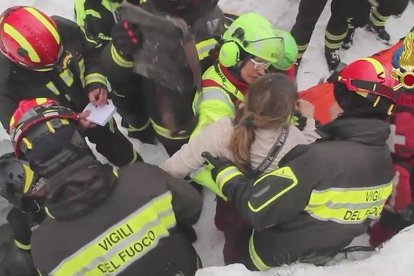 意大利遭雪崩掩埋酒店发现8名幸存者 包括2名儿童