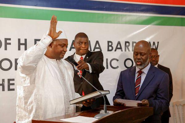 冈比亚新总统巴罗宣誓就职 安保人员在大使馆外驻守