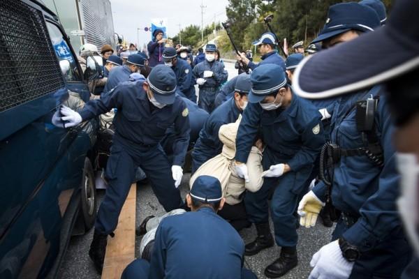 日本冲绳民众抗议美军基地建设 与警察发生冲突