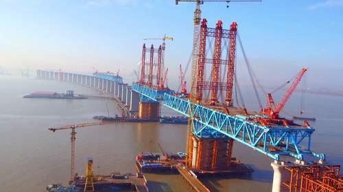 世界最大跨径重载公铁两用钢拱桥合龙