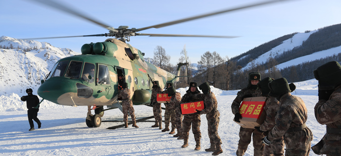 解放军用直升机给官兵送年货 女友搭机送惊喜