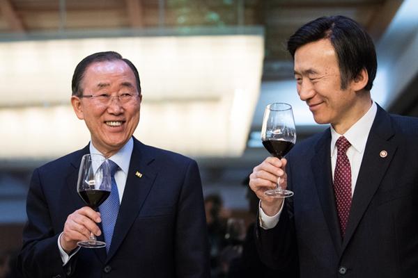 潘基文出席韩国外交部接风宴 笑容满面