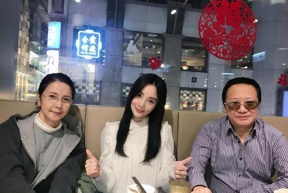 李小璐的小年陪父母过 妈妈张伟欣太美了