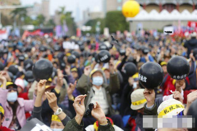 台年金改革 抗议者戳破黑气球呛蔡当局诚信破产
