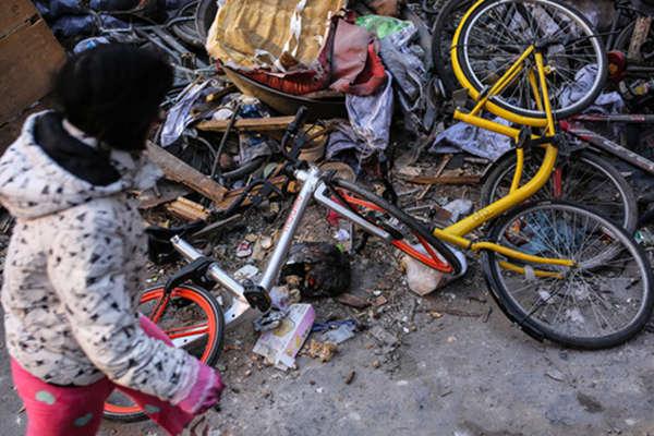 """北京街头:共享单车""""躺尸""""垃圾堆"""