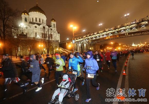 莫斯科民众参加跑步赛事 与冰冷河水接触