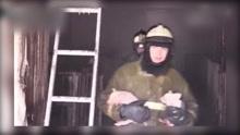 俄罗斯猪圈突发大火 消防员雪中接力营救猪仔