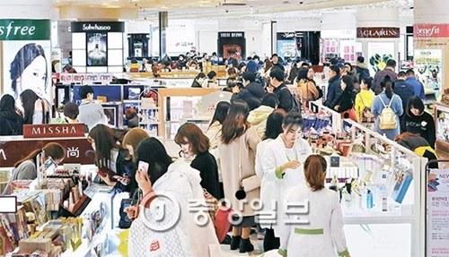 韩媒:韩国乐天免税店重新开业 大批中国游客扫货