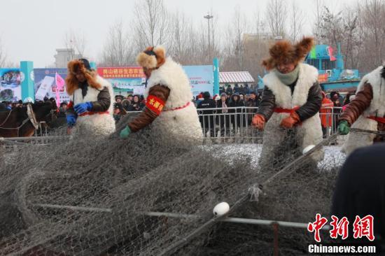 辽宁抚顺神州北湖冬捕节再现古老渔猎盛况