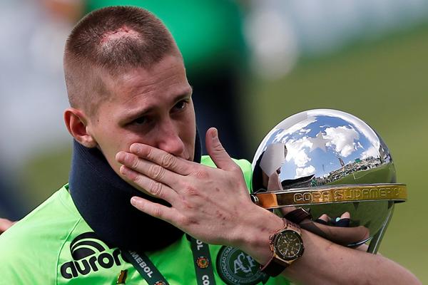 巴西空难足球队参加慈善比赛 幸存守门员掩面哭泣