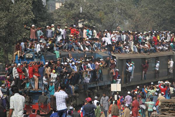 """孟加拉国穆斯林结束""""最终祈祷""""集会 """"挂""""满火车离开"""