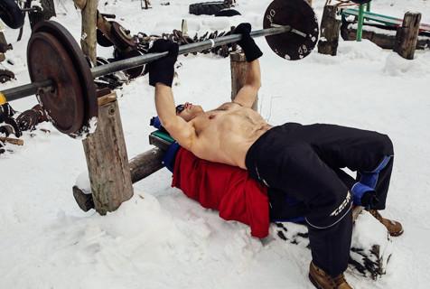 战斗民族自制器械冰天雪地赤膊健身